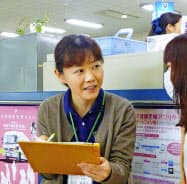 長野県須坂市では母子手帳を受け取った女性と保健師が面談する=2015年(同市提供)=共同