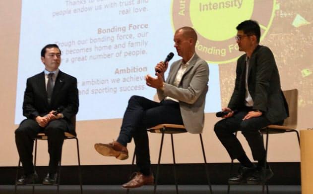 対談するドルトムントのクラマーCMO(中央)と帝京大の冲永理事長(左)