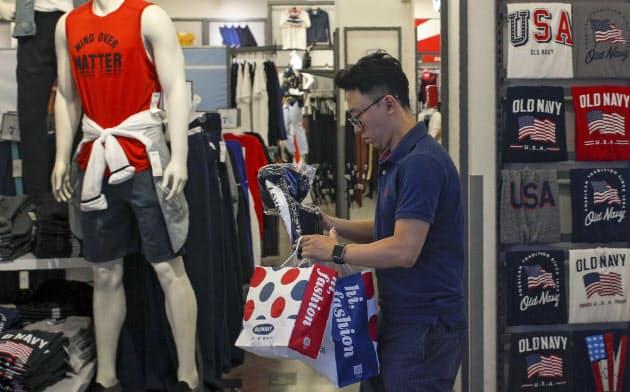 中国の6月の小売売上高は前年同月比9.8%増と、大半のアナリスト予想を上回ったが、一見強く見える各数字は、弱さを覆い隠していると指摘されている=AP