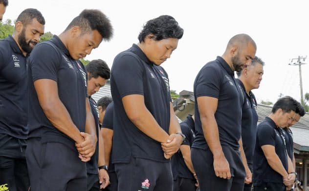 宮崎県日向市の大御神社で必勝祈願を行うラグビー日本代表の松島(前列左端)、リーチ主将(同3人目)ら(17日)=共同