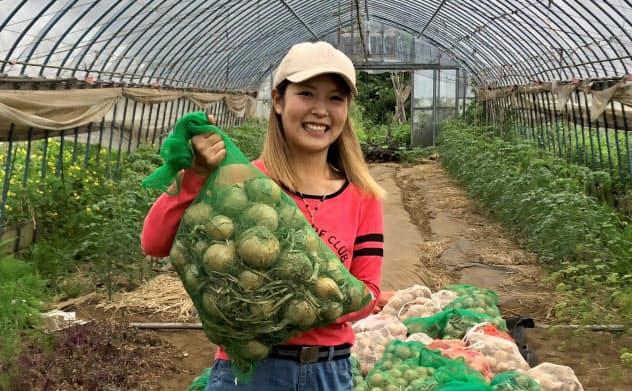 シズラーにタマネギを出荷している東京ネオファーマーズの加藤淑子さん(東京都青梅市)