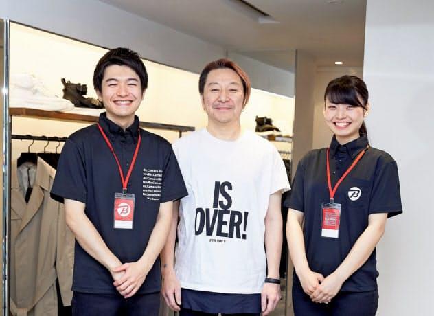 ビックカメラが東京都渋谷区の渋谷東口店で新しい制服を導入する(中央はデザインを担当した深民尚氏)