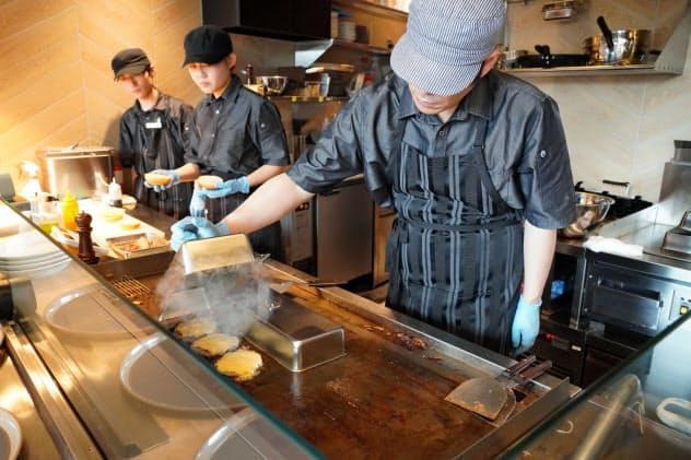 モスプレミアムではオープンキッチンで大きなパティを焼き上げる(横浜市)