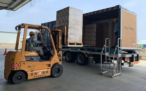福岡市の倉庫での貨物積み替えの様子