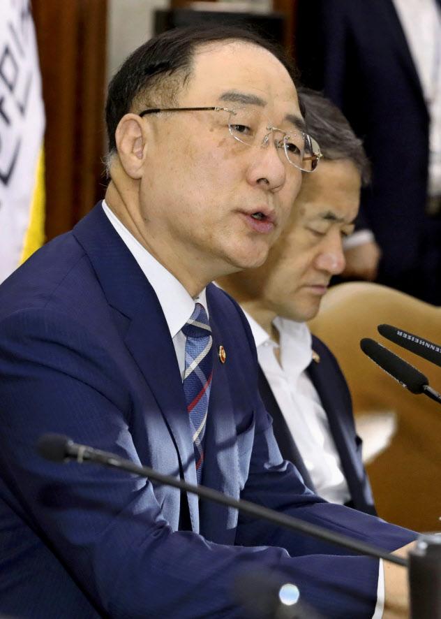 会議で発言する韓国の洪楠基・経済副首相兼企画財政相(17日、ソウル)=聯合・共同