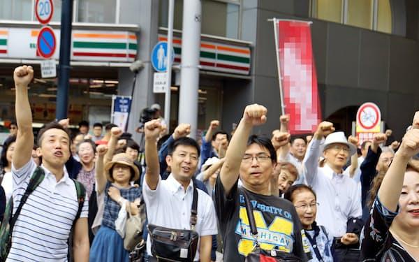 候補者が街頭演説を終え、気勢を上げる市民(6月30日、広島市内)