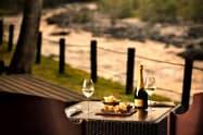 渓流を眺めながら食前酒などを楽しめる(星野リゾート奥入瀬渓流ホテル)
