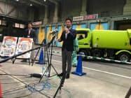 ごみ処理施設内で米テスラ社製のEV導入について説明する村越市長(市川市)