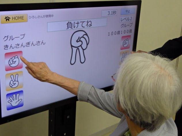 シャープは介護施設向けにゲームで認知機能を改善させるプログラムを提供する(17日、大阪市)