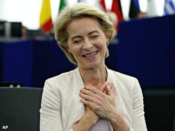 16日、欧州議会で僅差で承認され胸をなで下ろすフォンデアライエン氏=AP