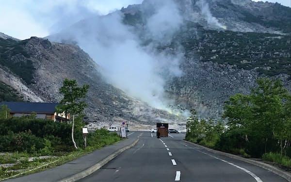 白煙を噴き上げる硫黄山。地下水が火山で熱せられ、温泉が湧き出す(北海道弟子屈町)