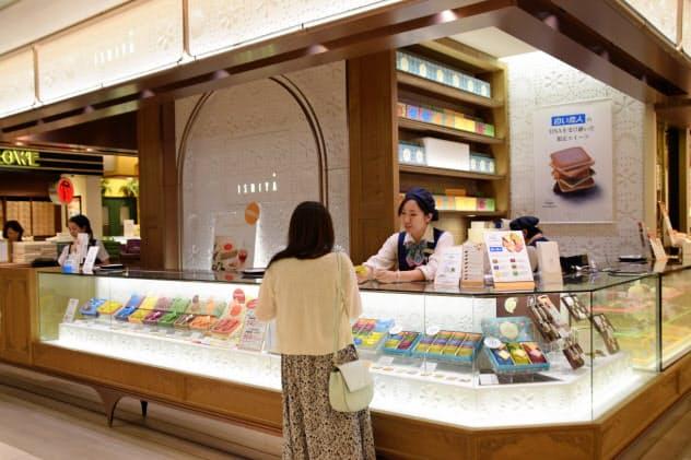 銀座シック?#24037;?#24215;舗では手土産として商品を買い求める客が多い(東京?中央区)