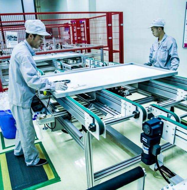 人が携わるのは品質管理や検査工程が多い(中国・泰州市のロンジソーラーの工場)
