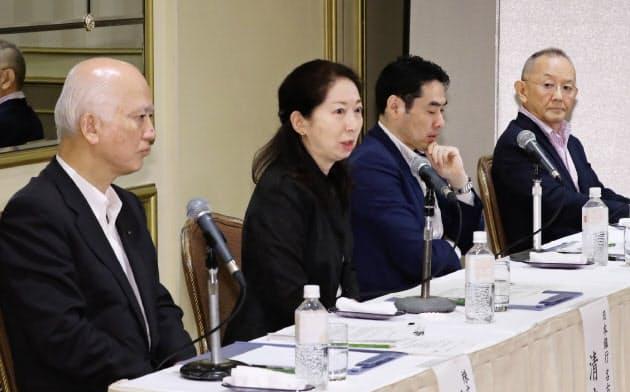 討論する(左から)安形、清水、永濱、斎藤の各氏(17日、名古屋市中区)