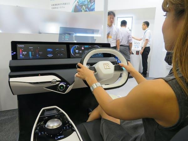 東海理化は自動と手動運転をスムーズに切り換えるコックピットを初めて展示した(17日、名古屋市)