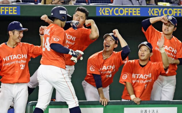 日本製鉄室蘭シャークス―日立製作所 2回裏、先制2点本塁打を放った大塚(手前)を迎える日立製作所ナイン(17日、東京ドーム)=共同