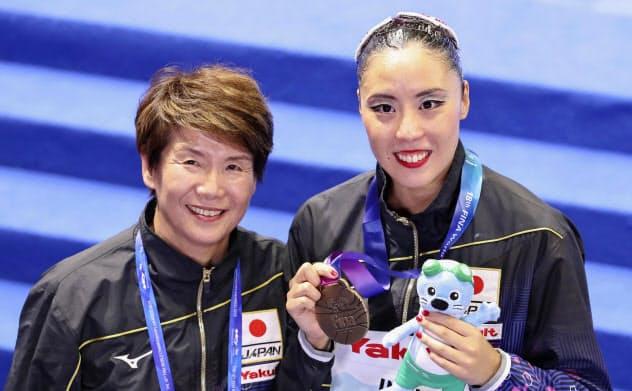 ソロ・フリールーティンで3位となり、井村雅代ヘッドコーチ(左)と写真に納まる乾友紀子(17日、光州)=共同