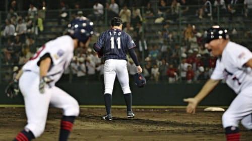 9回、米国のバーレソン(手前左)にサヨナラ本塁打を浴びうなだれる伊藤=11(17日、今治)=共同