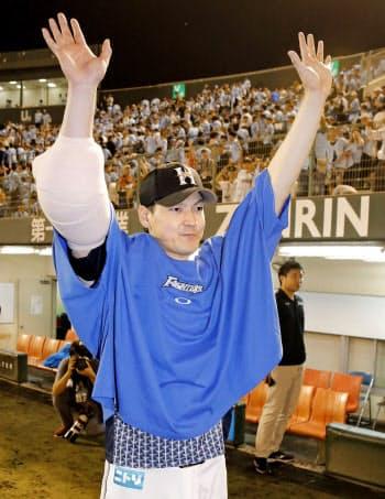 8回を無失点で10勝目を挙げ、ファンの歓声に応える日本ハム・有原=共同