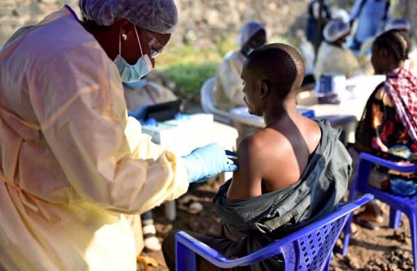 コンゴ東部の最大都市ゴマでエボラ熱のワクチンを受ける人たち=ロイター