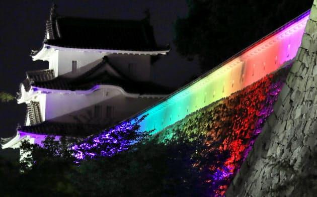 カラフルにライトアップされた明石城の土塀と石垣(兵庫県明石市)=淡嶋健人撮影