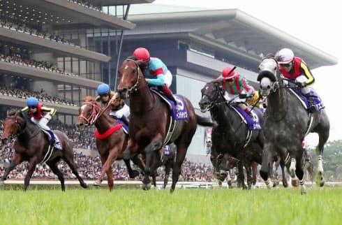中央競馬の騎手が着る勝負服は色とりどり。デザインは出走馬の馬主が決めている=共同