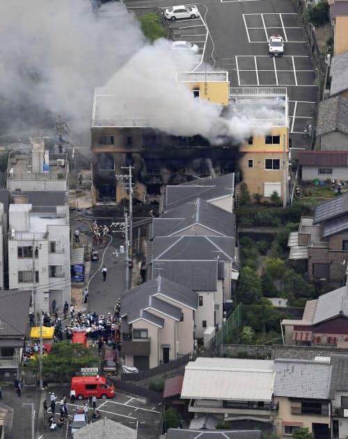煙を上げるアニメ制作会社「京都アニメーション」のスタジオ(18日午前、京都市伏見区)=共同