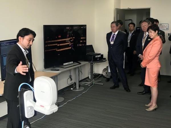 ローカル5G技術で8K放送を伝送する様子を視察する小池百合子都知事ら(東京都練馬区)