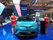 トヨタはハイブリッド車の展示など環境対応を前面に押し出した(18日、ジャカルタ郊外)