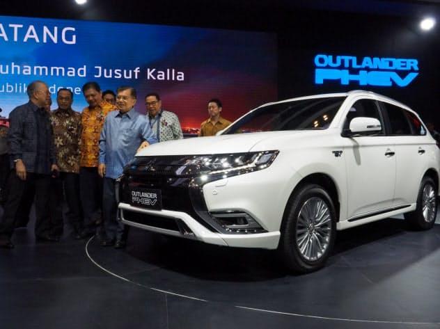 三菱自はプラグインハイブリッド車「アウトランダーPHEV」をインドネシアで販売する(18日、ジャカルタ郊外)