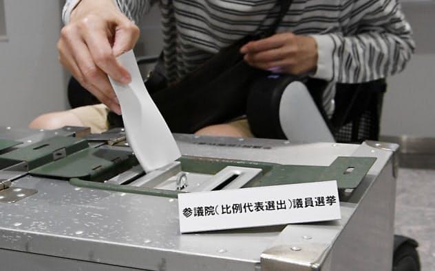期日前投票をする有権者(東京都渋谷区)