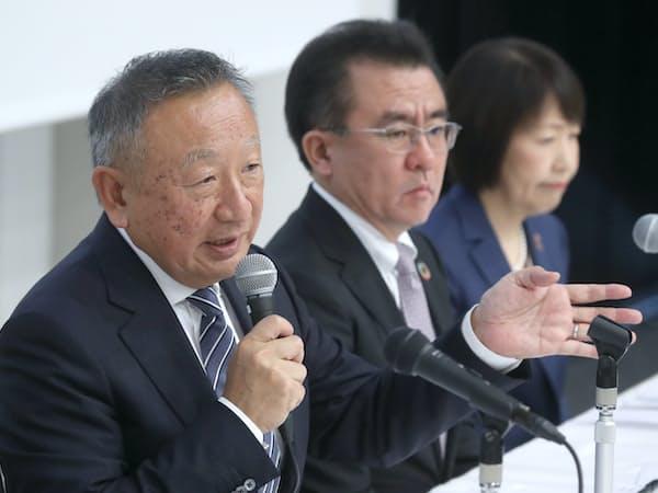 記者会見するアスクルの岩田彰一郎社長(左)ら(18日、東京都千代田区)