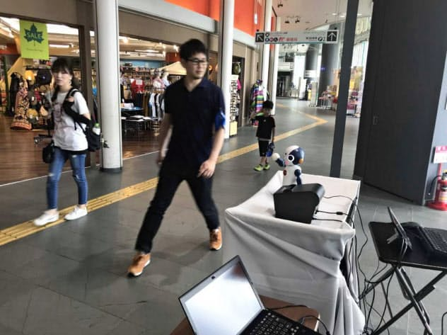 ロボットを使い、実際の商業施設で集客を試みる実証実験が大阪市内で始まった。