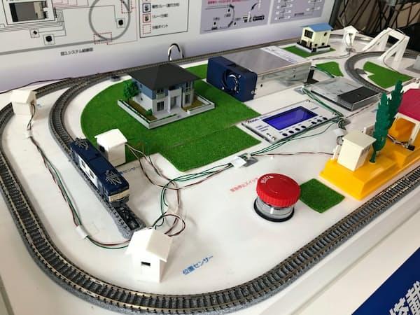新電源は電車を特定の場所で止めたり動かしたりするプログラムが可能(中央上の四角い装置が電源)