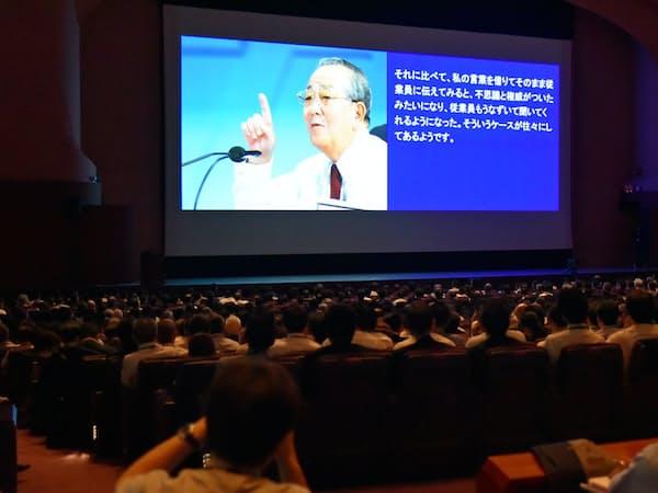 盛和塾の世界大会に集まった塾生らは代読された稲盛和夫氏の講話に耳を傾けた(18日、横浜市)