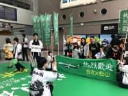 松山―台北便が就航し、歓迎される利用客ら(18日、松山空港)