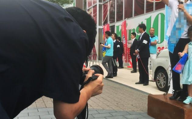 街頭演説を撮影する陣営スタッフ(18日、三重県四日市市)=一部画像処理しています