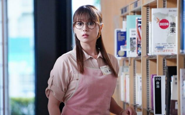 「ルパンの娘」第3話の一場面。深田恭子演じる泥棒一家の娘、三雲華は普段は図書館で働く(C)フジテレビ