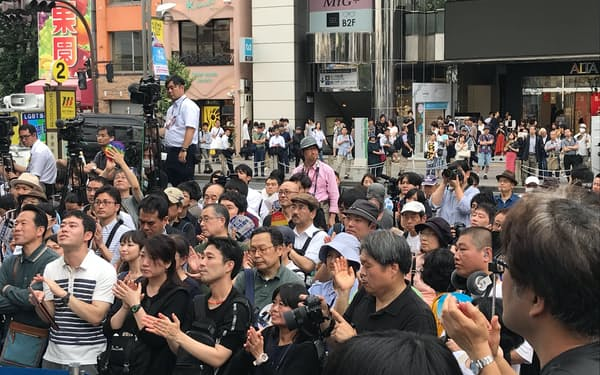 街頭演説を聞く有権者(7月15日、東京・新宿)
