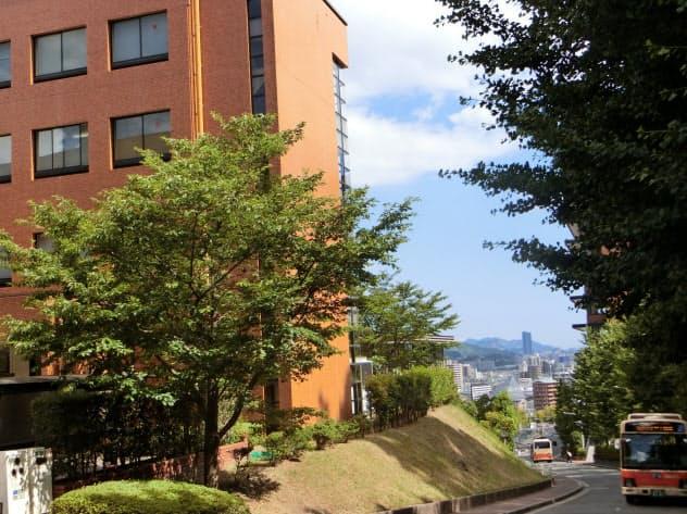 広島市街を見下ろす高台に建つ広島経済大のキャンパス