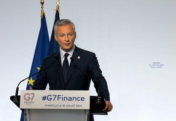 G7財務相・中銀総裁会議の閉幕後に会見するフランスのルメール経済・財務相(18日午後、パリ北部のシャンティイ)