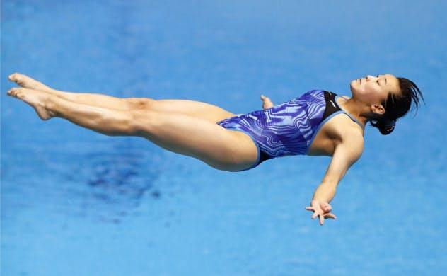 女子3メートル板飛び込み準決勝 演技する三上紗也可(18日、光州)=共同