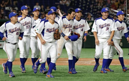 日本新薬に勝利し、喜ぶ向山(右から4人目)らNTT東日本ナイン(18日、東京ドーム)=共同