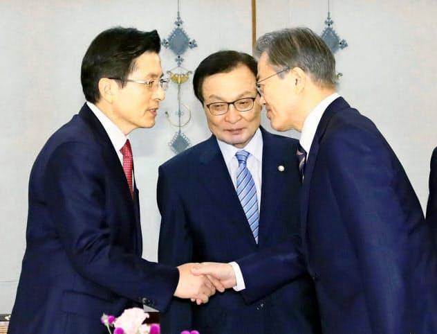 日本の対韓規制強化を巡り与野党代表との会談に臨む文在寅大統領(右)(18日、韓国大統領府)=聯合・共同