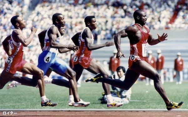 ソウル五輪の陸上男子100メートル決勝で走るジョンソン(右)=ロイター