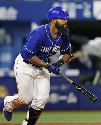 5回中日1死一、二塁、アルモンテが中越えに適時二塁打を放つ(18日、横浜)=共同