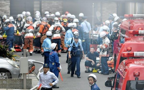 「京都アニメーション」のスタジオで火災が発生し、騒然とする現場付近(18日午後、京都市伏見区)