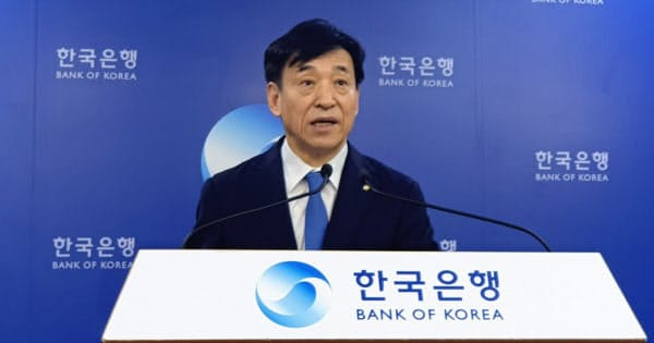 電撃利下げを発表した韓国銀行の李柱烈(イ・ジュヨル)総裁