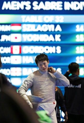 男子サーブル個人決勝トーナメント3回戦で敗退した吉田健人(18日、ブダペスト)=共同