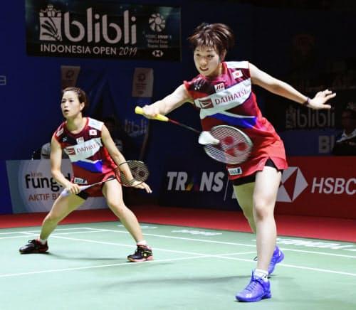 女子ダブルス2回戦でプレーする福島(左)、広田組。準々決勝に進出した(18日、ジャカルタ)=共同